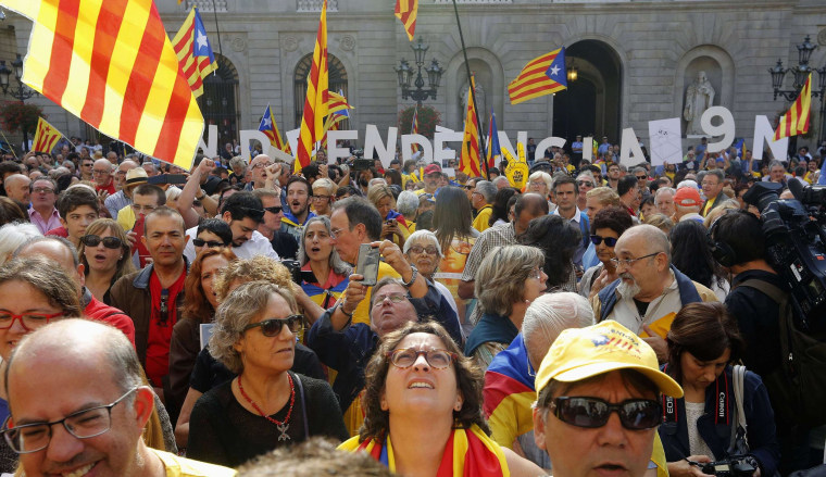 Pro-independence supporters gather in front of the Palau de la Generalitat (Government Palace) before Catalonia's President Artur Mas signs a decree calling for an independence referendum, in Barcelona September 27, 2014.