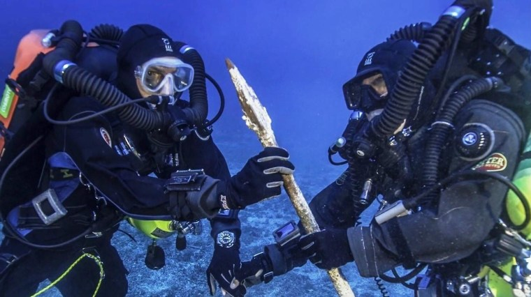 Image: Divers with spear