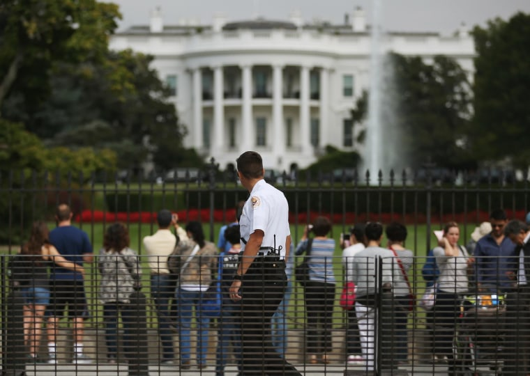 Image: A member of the US Secret Service outside the White House