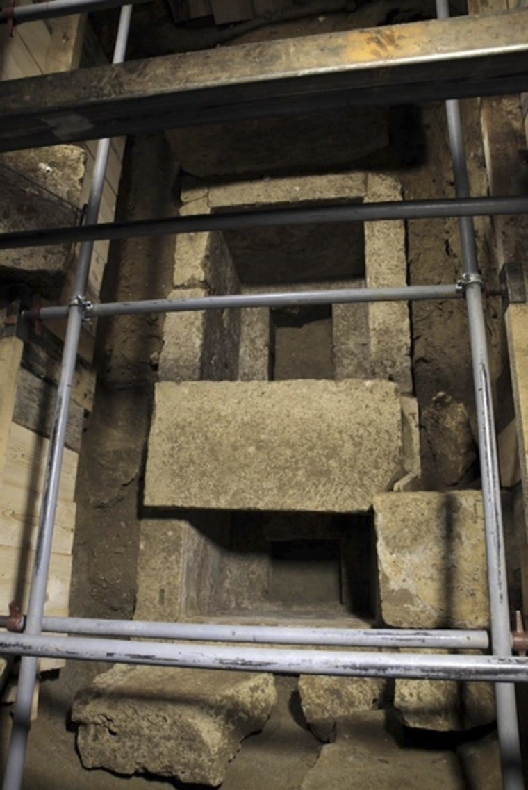 Image: Grave inside the site of an archaelogical excavation at Amphipolis
