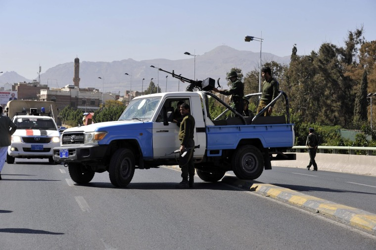 Image: Yemeni soldiers block a road