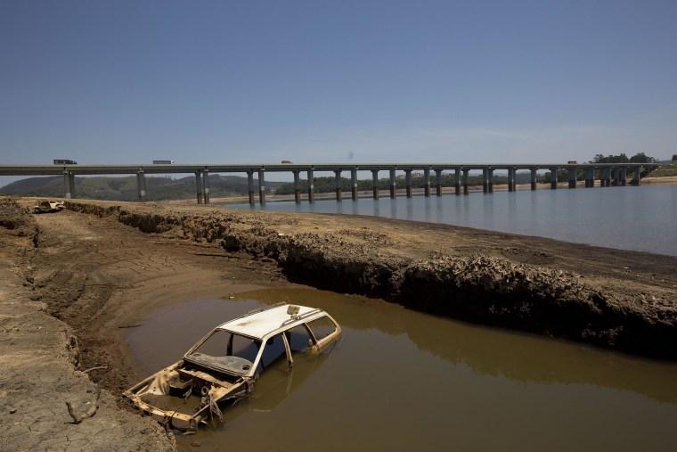 Image: Receding water line in Brazilian reservoir