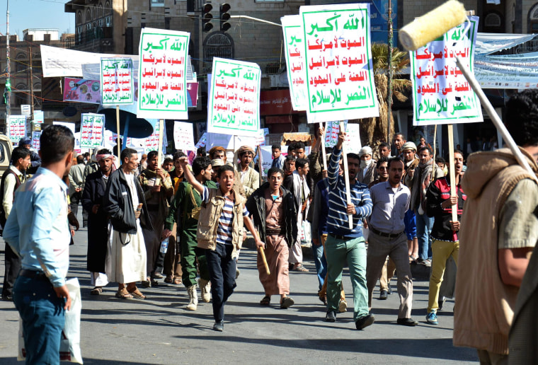 Image: Houthi militia attack Yemeni demonstrators