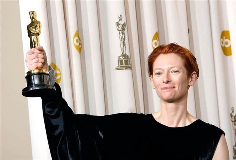 HOLLYWOOD - FEBRUARY 24:  ***NO ONLINE, NO INTERNET, EMBARGOED FROM INTERNET AND TELEVISION USAGE UNTIL THE CONCLUSION OF THE LIVE OSCARS TELECAST*** ...