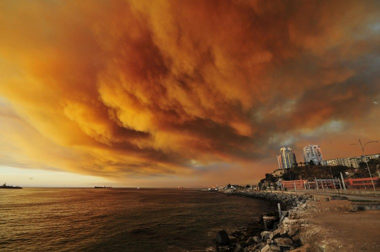 Image: Smoke billows from the forest around Valparaiso