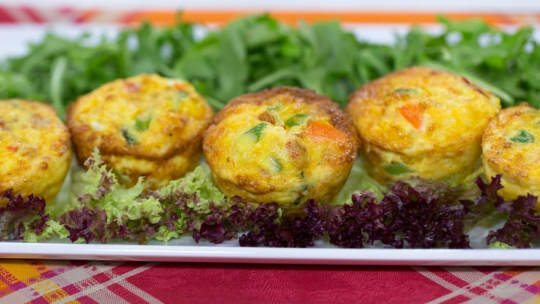 Ellie Kemper and Al Roker make meals in muffin tins