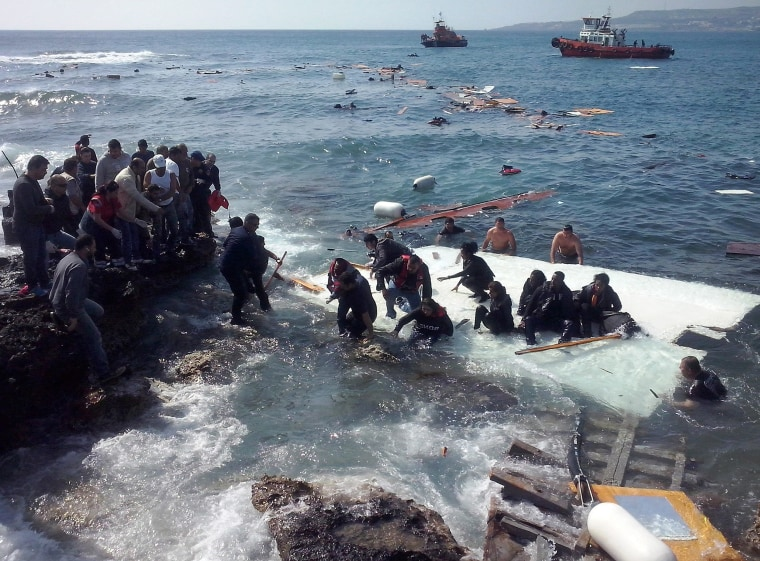 Image: Ship with large number of undocumented migrants runs aground at Rhodes