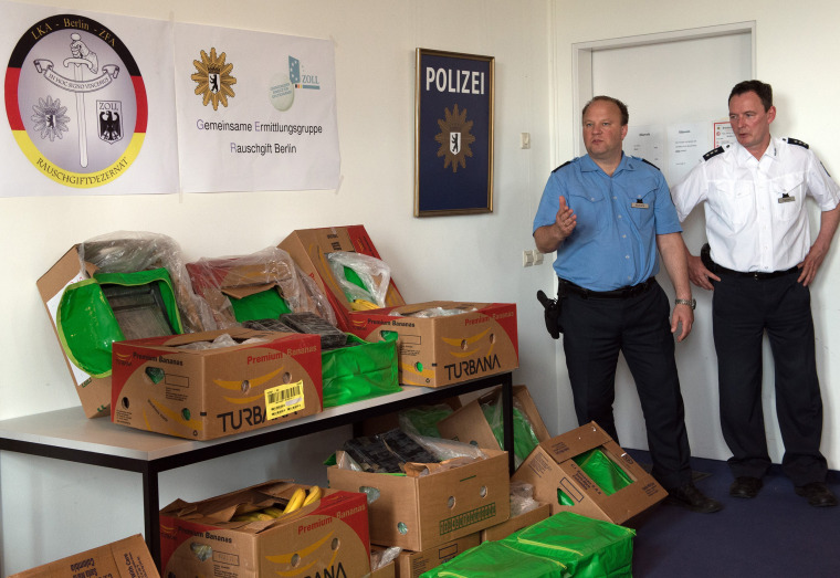 Image: Berlin Police stand next to seized cocaine
