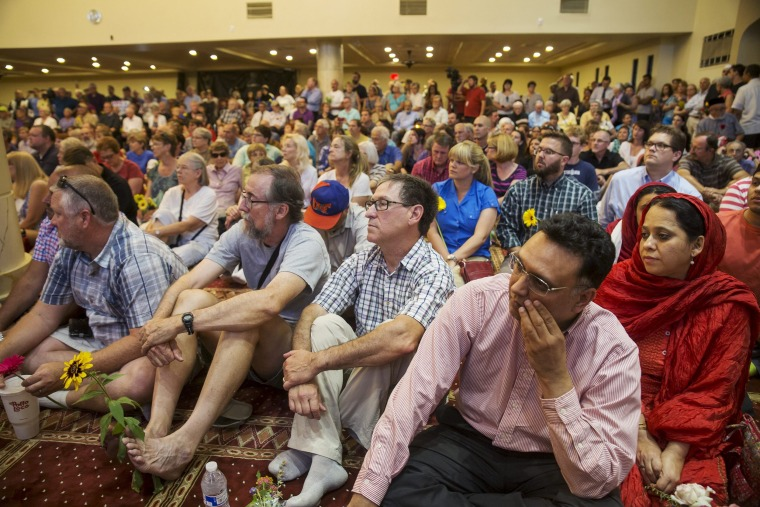 """Image: Hundreds gather for a rally titled """"Love is Stronger Than Hate"""" at the Islamic Community Center in Phoenix, USA"""