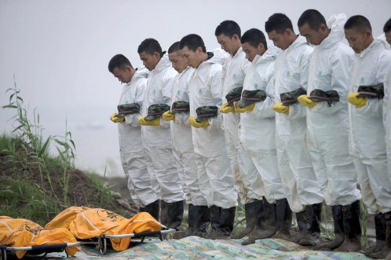 Image: Hundreds missing in a boat accident in Central China