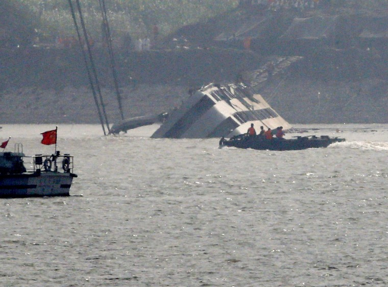 Image: Rescuers work on righting the capsized cruise ship Eastern Star in the Jianli section of Yangtze River
