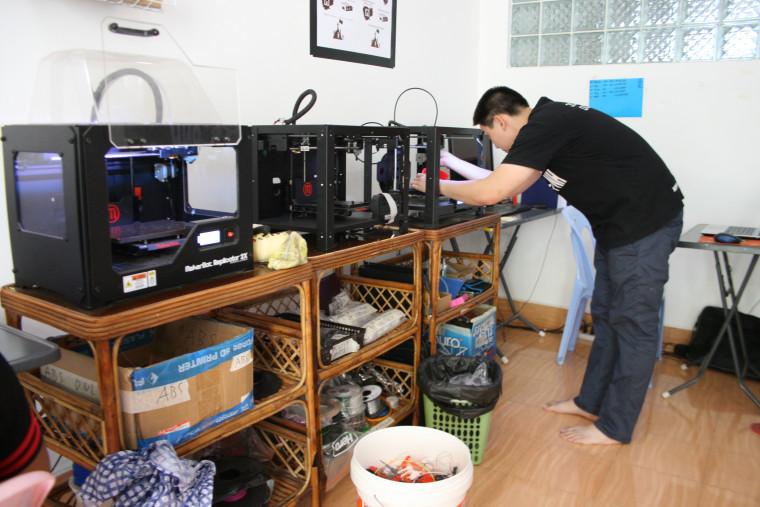 KiHow Tran uses a 3D printer.