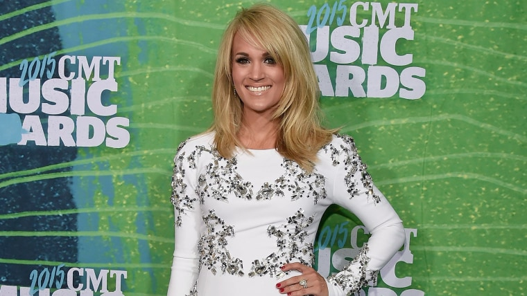 Carrie Underwood arrives at the 2015 CMT Music Awards