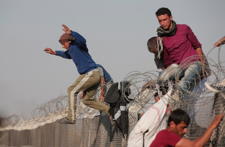 Image: Syrian refugees cross into Turkey