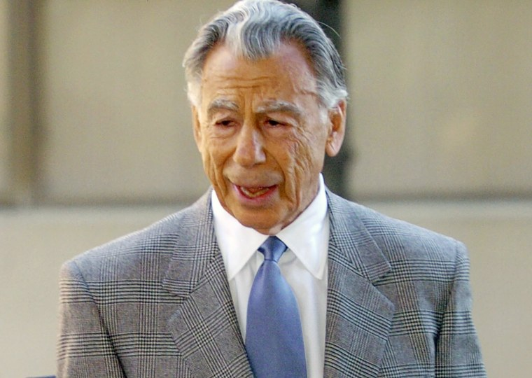 Image: Billionaire Kirk Kerkorian heads into the courthouse to testify in DaimlerChrysler merger lawsuit in Wilmington, Delaware