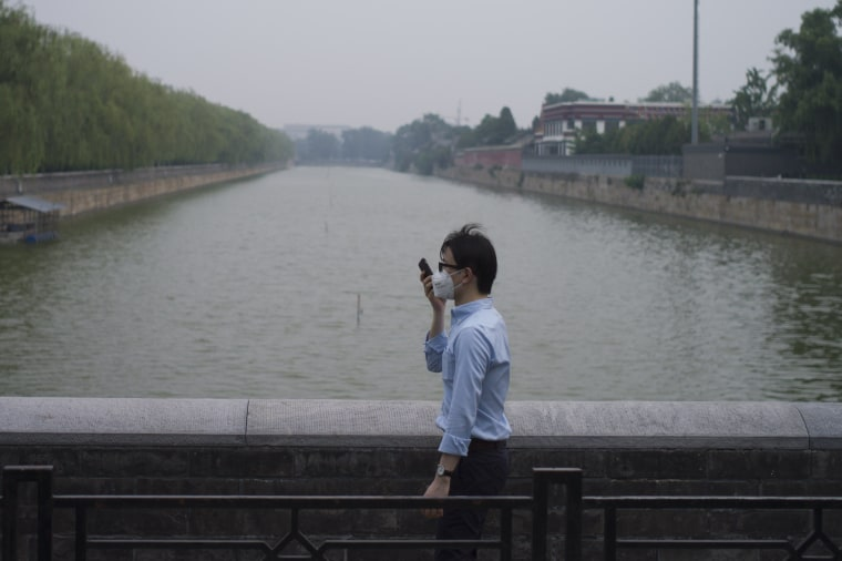 Image: Man wearing a face mask on a hazy day in Beijing