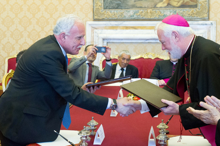 Image: Vatican signs treaty with Palestinian state