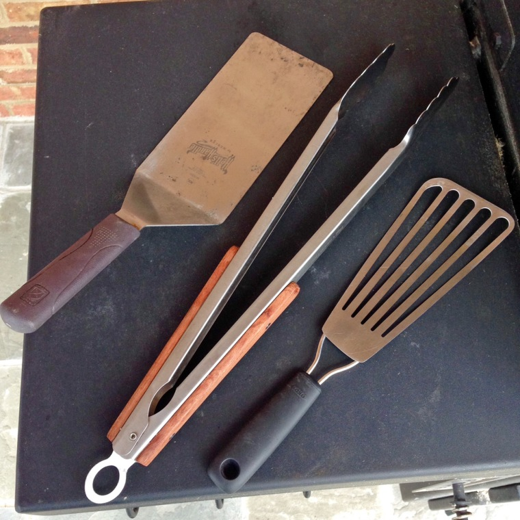 Grill spatulas and tongs