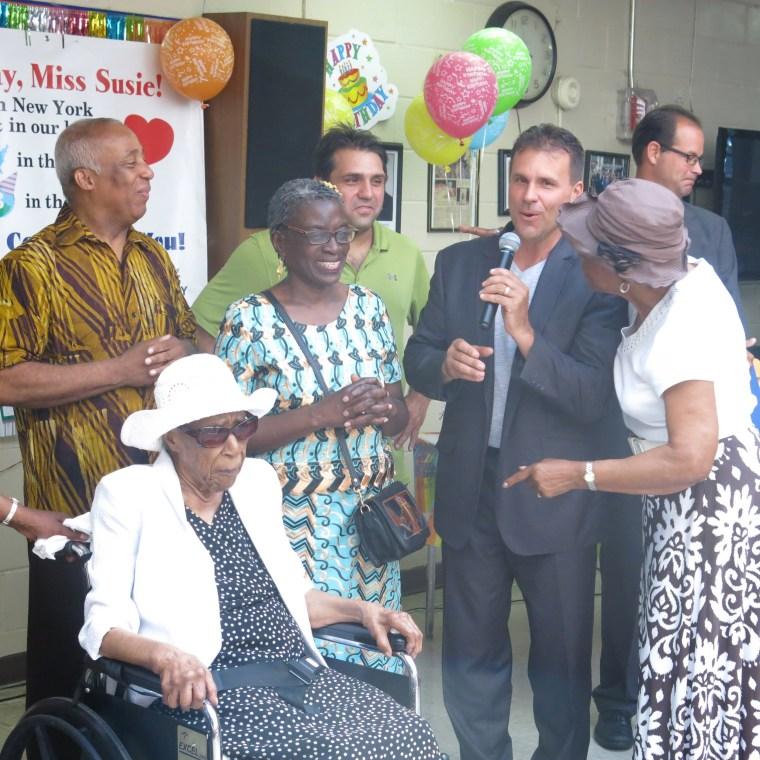 Image: Susannah Mushatt Jones (2nd L) celebrates her 115th birthday at Vandalia Senior Center in New York