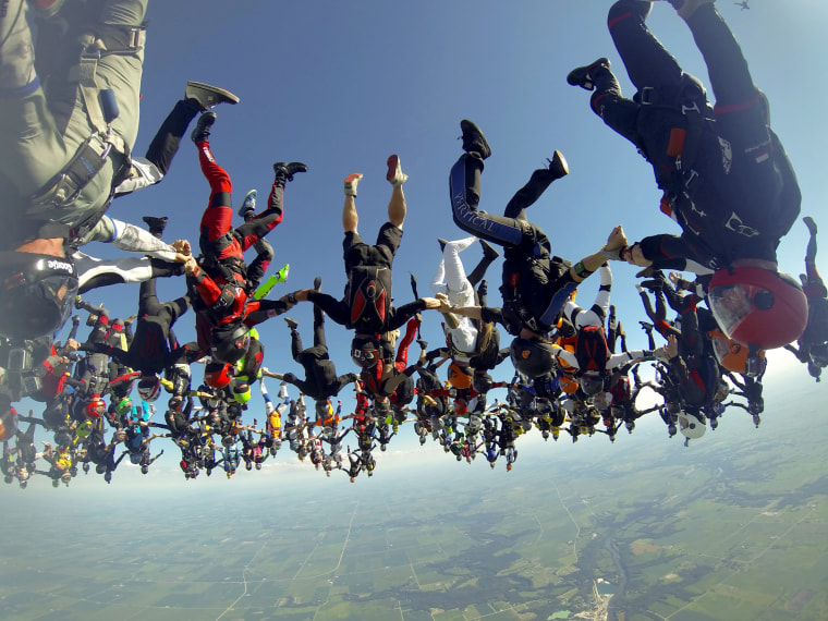 Image: Skydiving world record set over Illinois