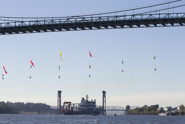 Image: Shell bridge blockade in Portland, Oregon