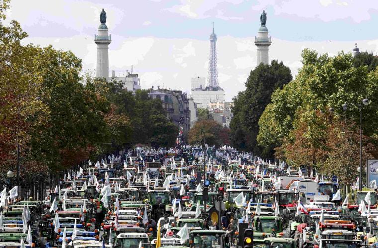 Image: French farmers converge on the Place de la Nation square in Paris