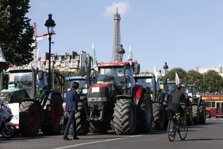 Image: A convoy of tractors in Paris
