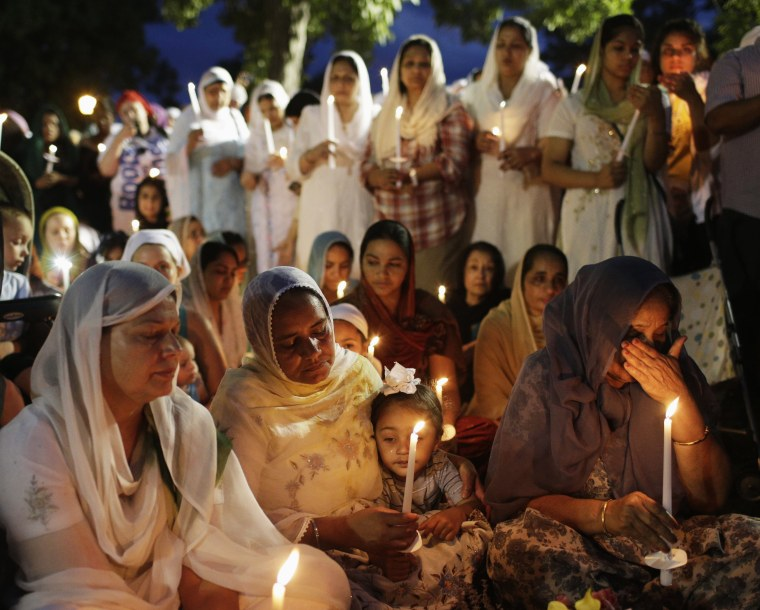 Image: Sikhs attend a vigil in Oak Creek