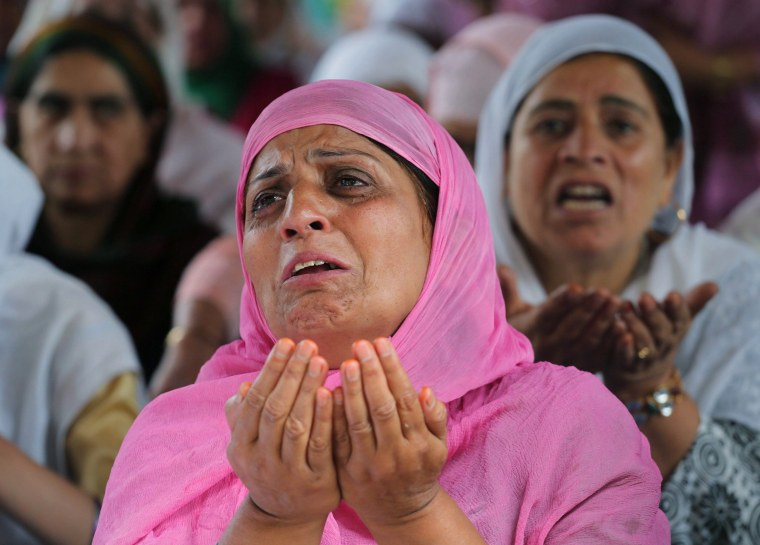 Image: Hundreds of Kashmiri Muslims flock to shrine to commemorate the death anniversary of death of famous Sufi Saint
