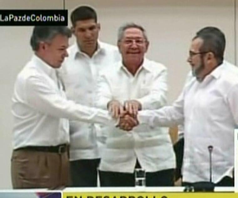 Image: Cuban President Raul Castro, Colombian President Juan Manuel Santos and the head of FARC Timoleon Jimenez