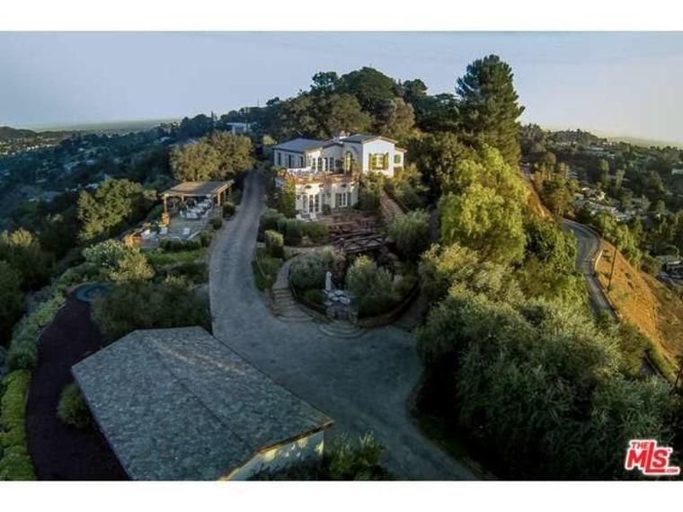 tom cruise sells hollywood hills mansion for 11 4 million. Black Bedroom Furniture Sets. Home Design Ideas
