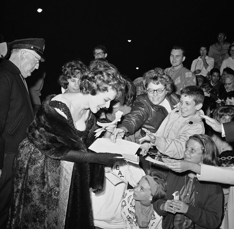 Image: Actress Maureen O'Hara signs autographs