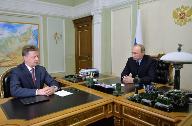 Image: Vladimir Putin meets with Metrojet crash commission chairman Maxim Sokolov