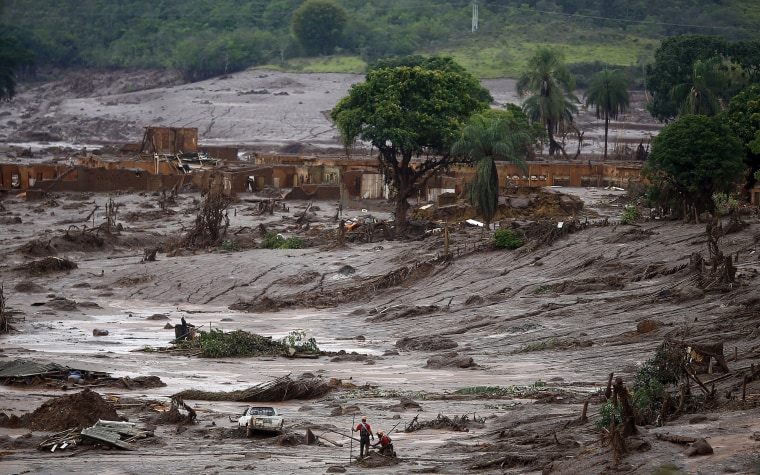 Image: Rescue workers search for victims at Bento Rodrigues district that was covered with mud after a dam owned by Vale SA and BHP Billiton Ltd burst, in Mariana