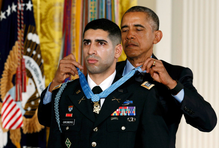 Image: U.S. President Obama awards retired Army Captain Groberg the Medal of Honor during White House ceremony in Washington