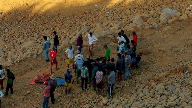 Image: People look for dead bodies following a landslide in Kachin state