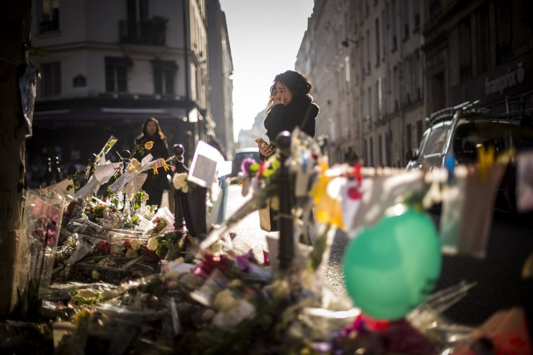 Image: TOPSHOTS-FRANCE-ATTACKS-TRIBUTE