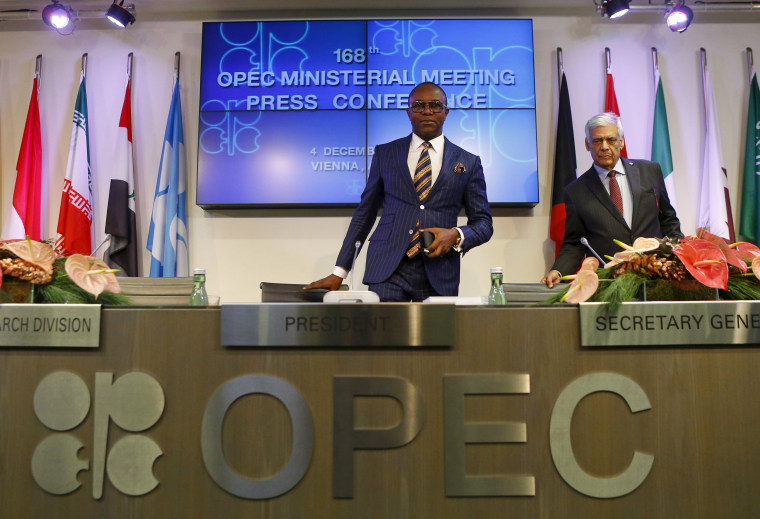 Image: Nigeria's Oil Minister and OPEC president Kachikwu and OPEC secretary general al-Badri arrive for a news conference after a meeting of OPEC oil ministers in Vienna