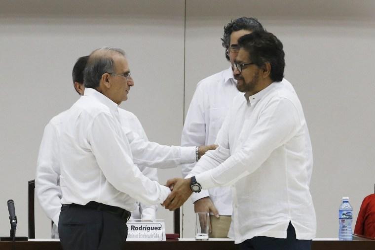 Image: Colombia's lead government negotiator Humberto de la Calle and Colombia's FARC lead negotiator Ivan Marquez (R) shake hands in Havana