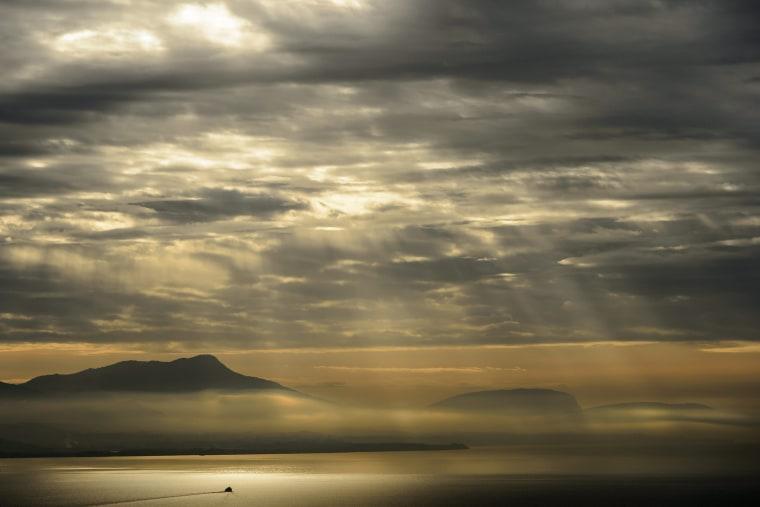 Image: A boat cruises on the lake Geneva