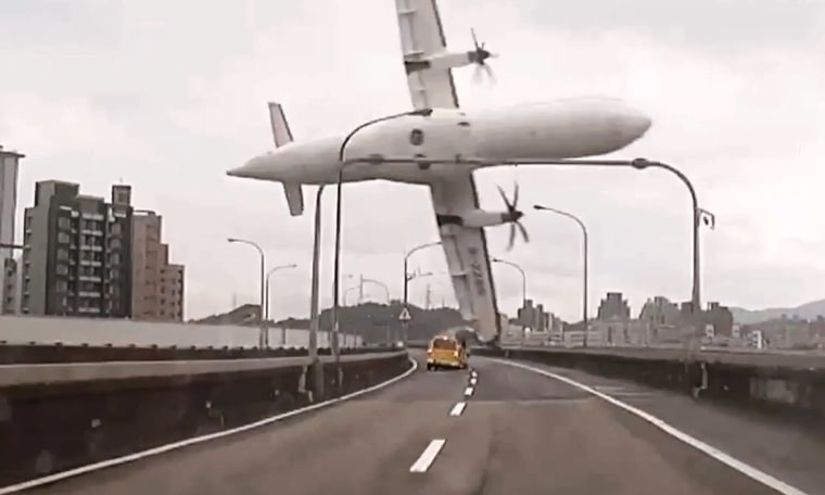 Image: TransAsia ATR 72-600 turboprop plane clips an elevated motorway