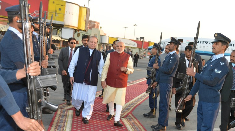 Image: Pakistani Prime Minister Nawaz Sharif walks with his Indian counterpart Narendra Modi after Modi's arrival in Lahore