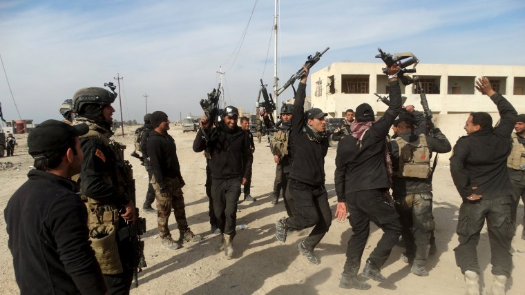 Image: Iraqi security forces chant slogans in the city of Ramadi