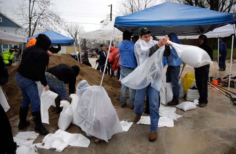 Image: Volunteers fill sandbags