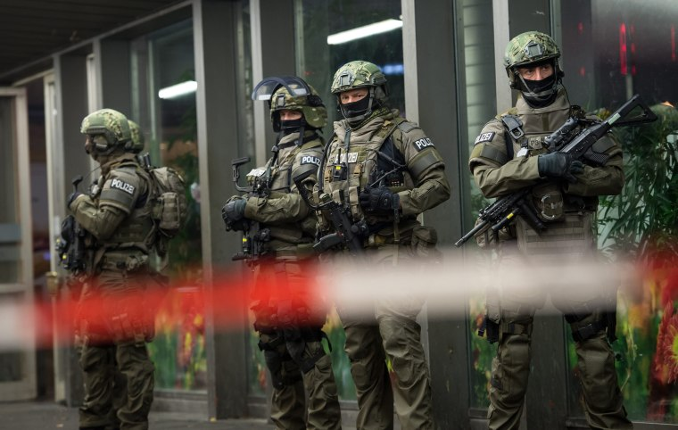 Image: Armed German police on duty at the main railway station in central Munich
