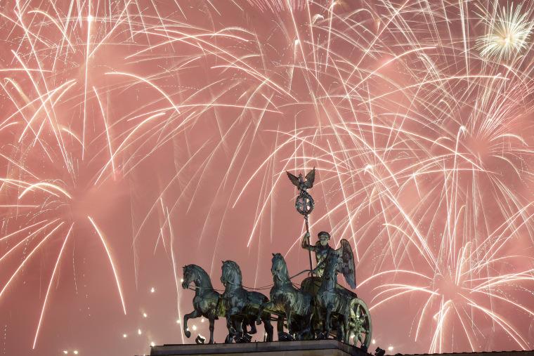 Image: Fireworks light the sky above the Brandenburg Gate