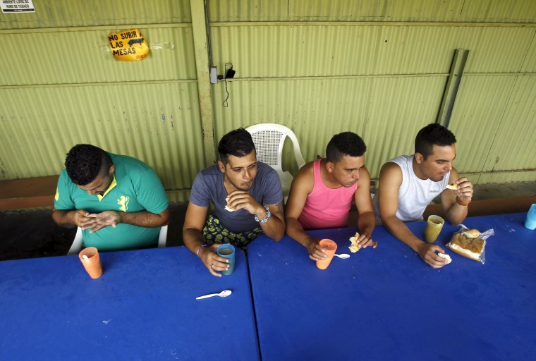 Image: Cuban migrants have breakfast at a shelter in Liberia