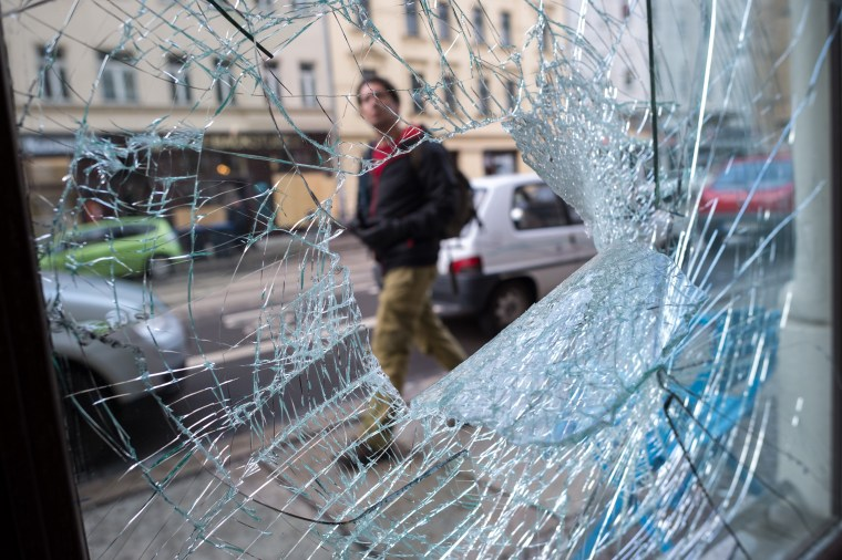 Image: Leipzig's anti-immigration rally was mostly peaceful, but violence led to smashed shop windows in the Connewitz district.