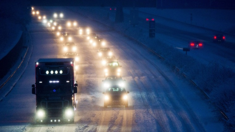 Image: GERMANY-WEATHER-SNOW-TRAFFIC