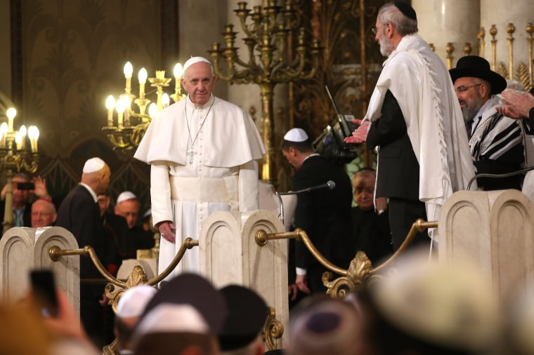 Image: The pope is welcomed to the synagogue